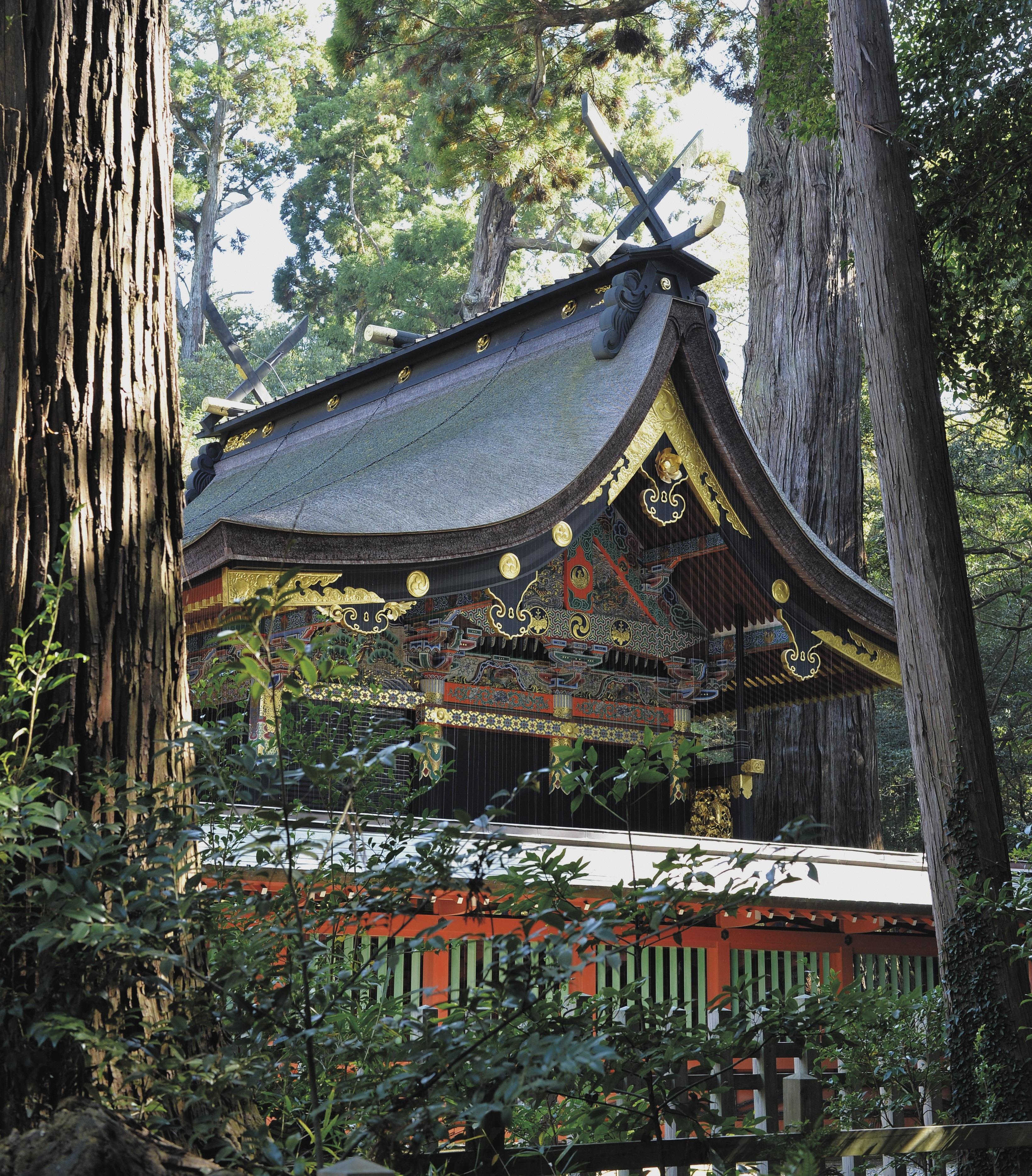 豊かな森の中にある鹿島神宮の本殿