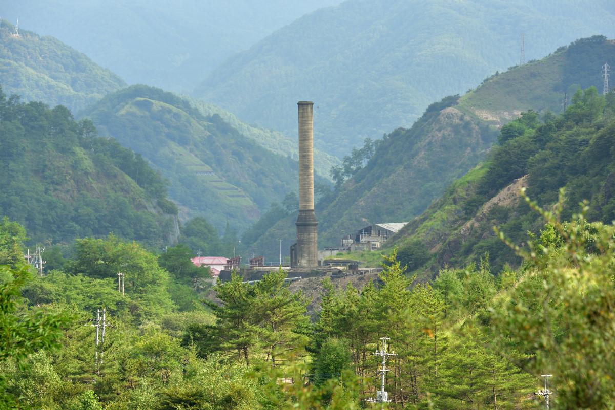 足尾銅山 本山精錬所跡の煙突。周辺には、今も山肌が露出している部分がある。