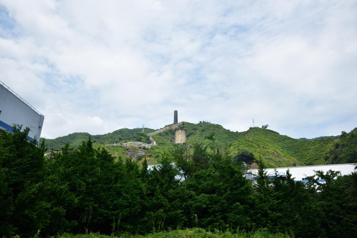 日立鉱山の大煙突を臨む。