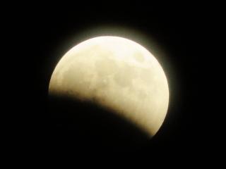 今回、直近の満月(10月8日)は月食でした(若木タワーより)
